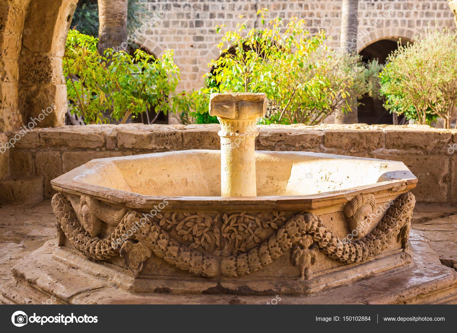 wasser-brunnen. outdoor-brunnen-park. gartenbrunnen — stockfoto