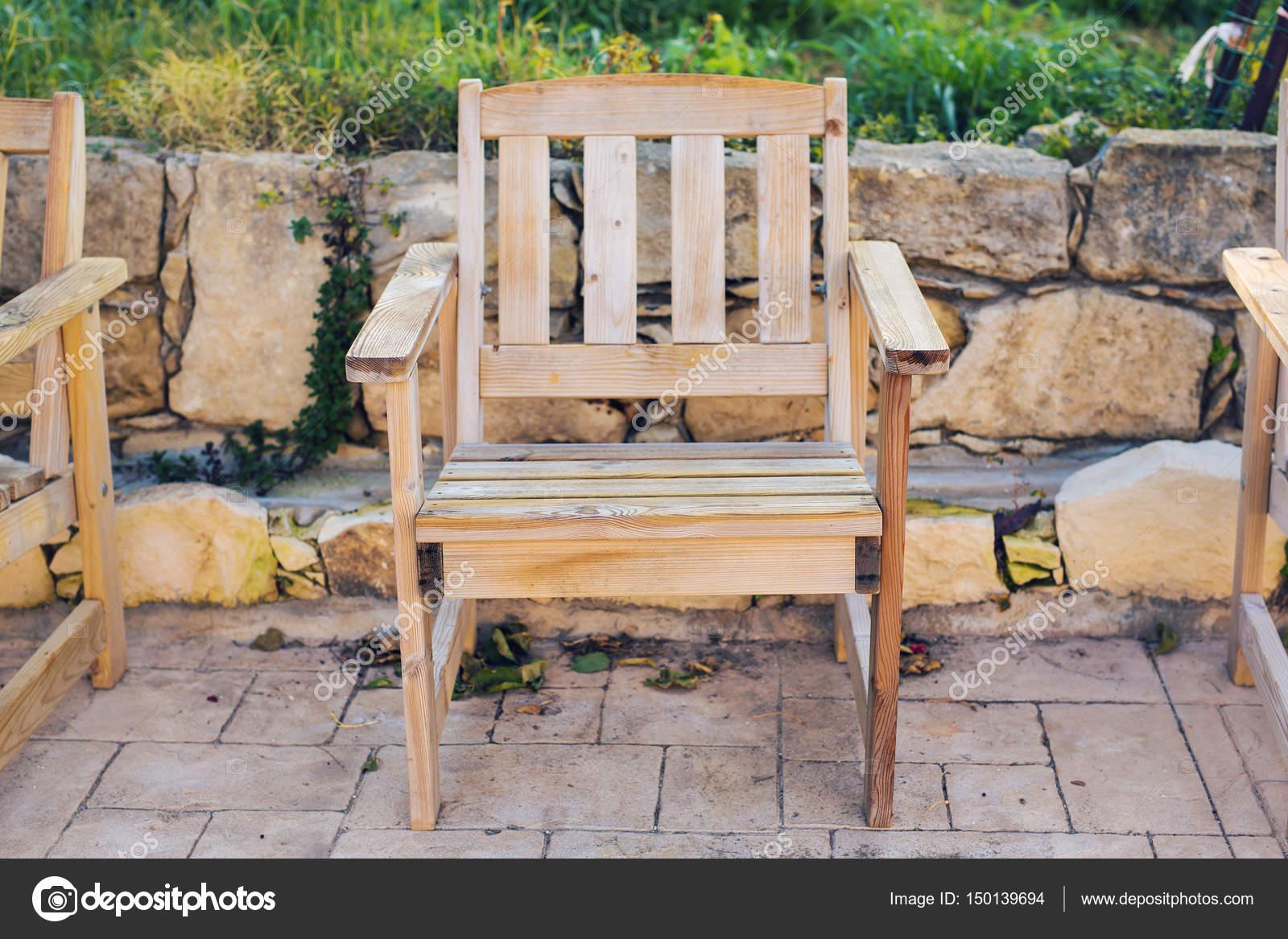 Muebles de madera al aire libre. Tumbonas en el jardín del hotel le ...