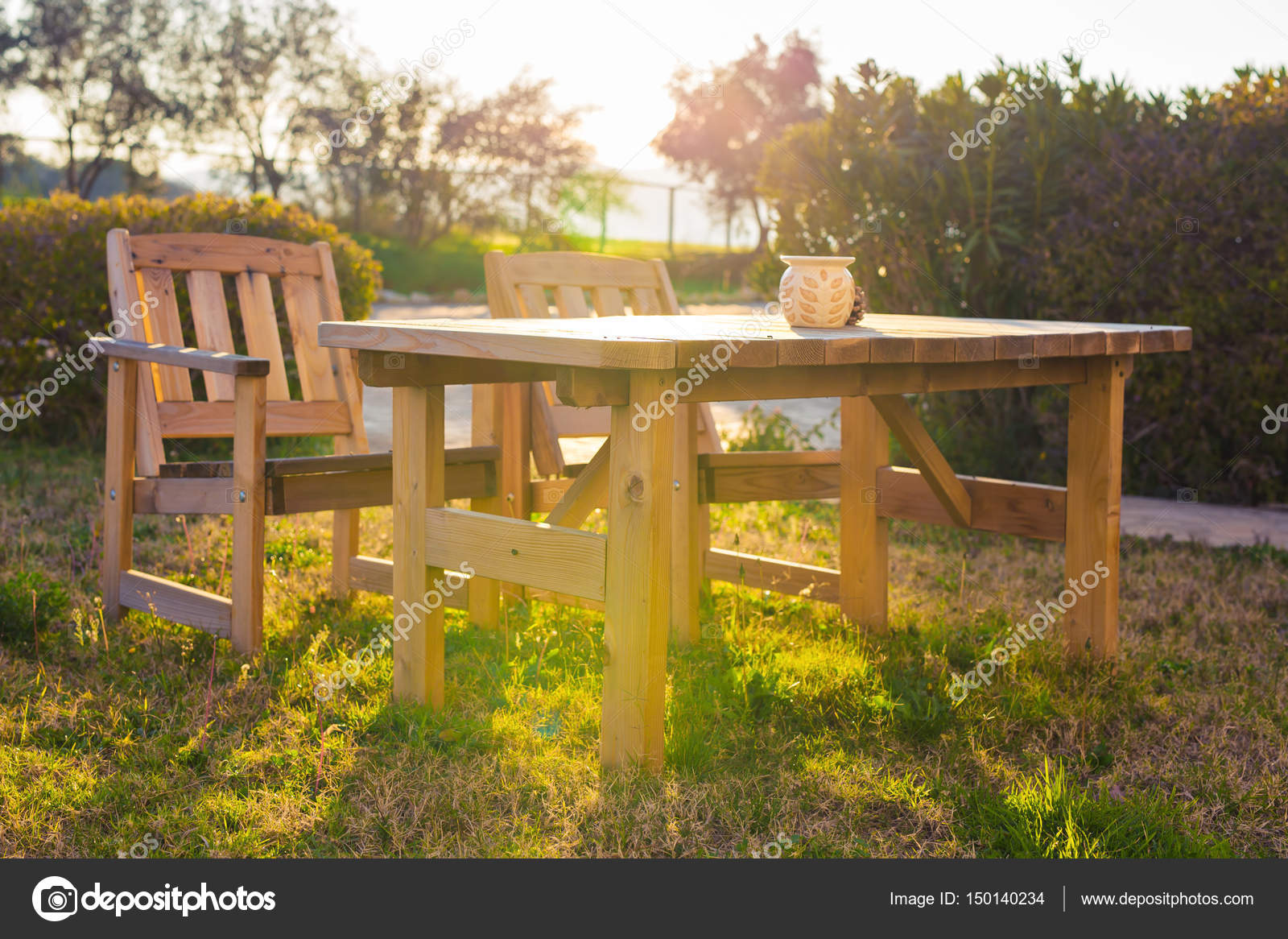 Tuin Lounge Stoel : Houten tuinmeubilair lounge stoelen in de tuin van het hotel