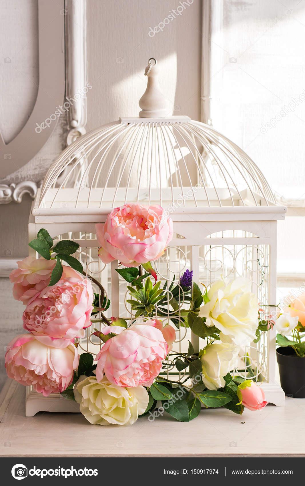 Shabby chic Dekoration mit schönen Vintage Vogelkäfig und Blumen ...