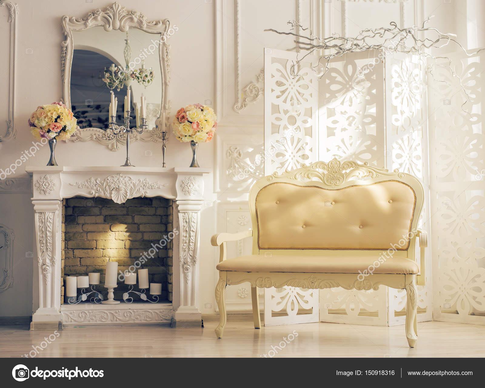 Camino Classico Bianco : Bianco interno di salotto con divano vicino camino classico u foto