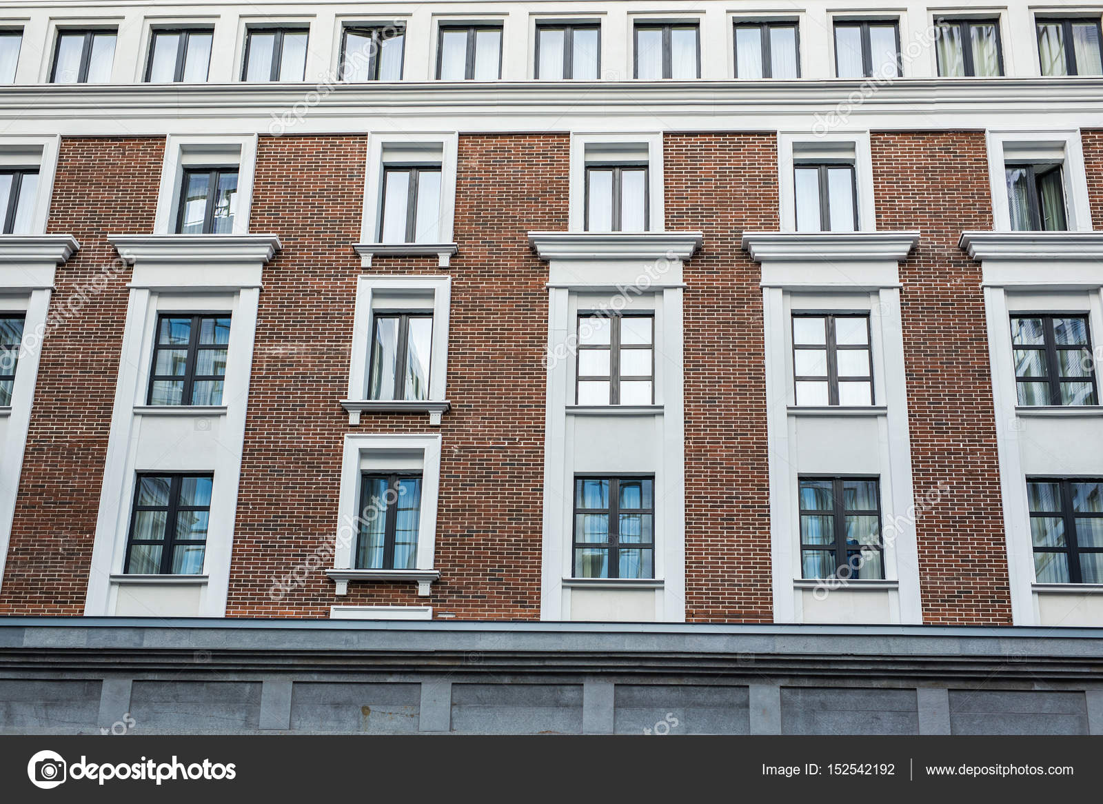De gevel van het huis of hotel de ramen en decoratie van wanden