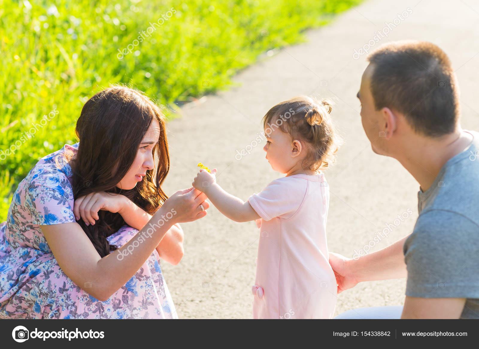 Filha e mae dando