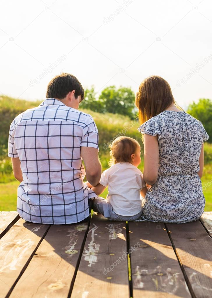 Цветная картинка мама с сыном вид сзади