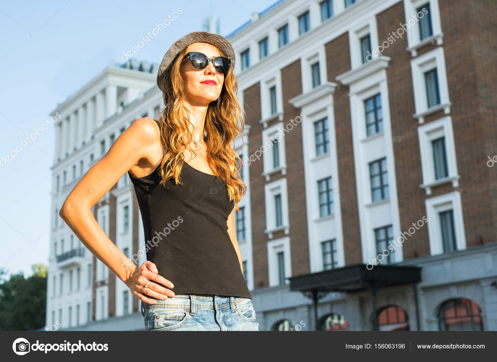 Sonnigen Lifestyle Mode Portrait junge stilvolle Hipster Frau auf der  Straße, trendiges Outfit und Hut tragen — Foto von Satura  bee1c93cb3