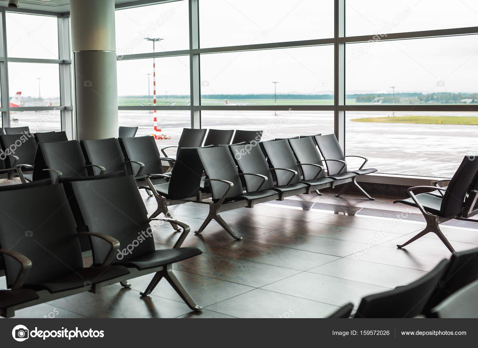 Eigentijdse lounge met zetels in de luchthaven u stockfoto