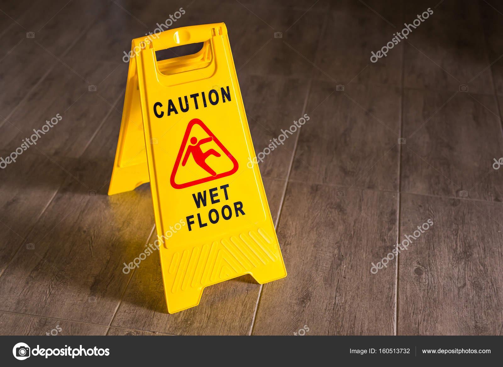 Segno giallo pavimento bagnato u foto stock satura