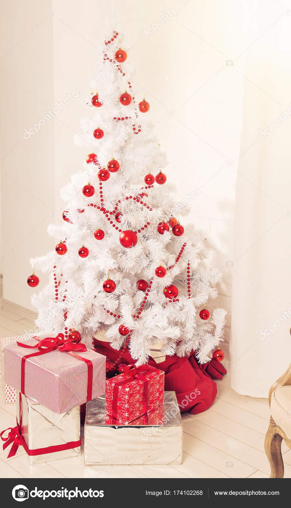 6deb3f236c3 Όμορφη holdiay διακοσμημένο δωμάτιο με λευκό χριστουγεννιάτικο δέντρο με  δώρα κάτω από το — Φωτογραφία Αρχείου