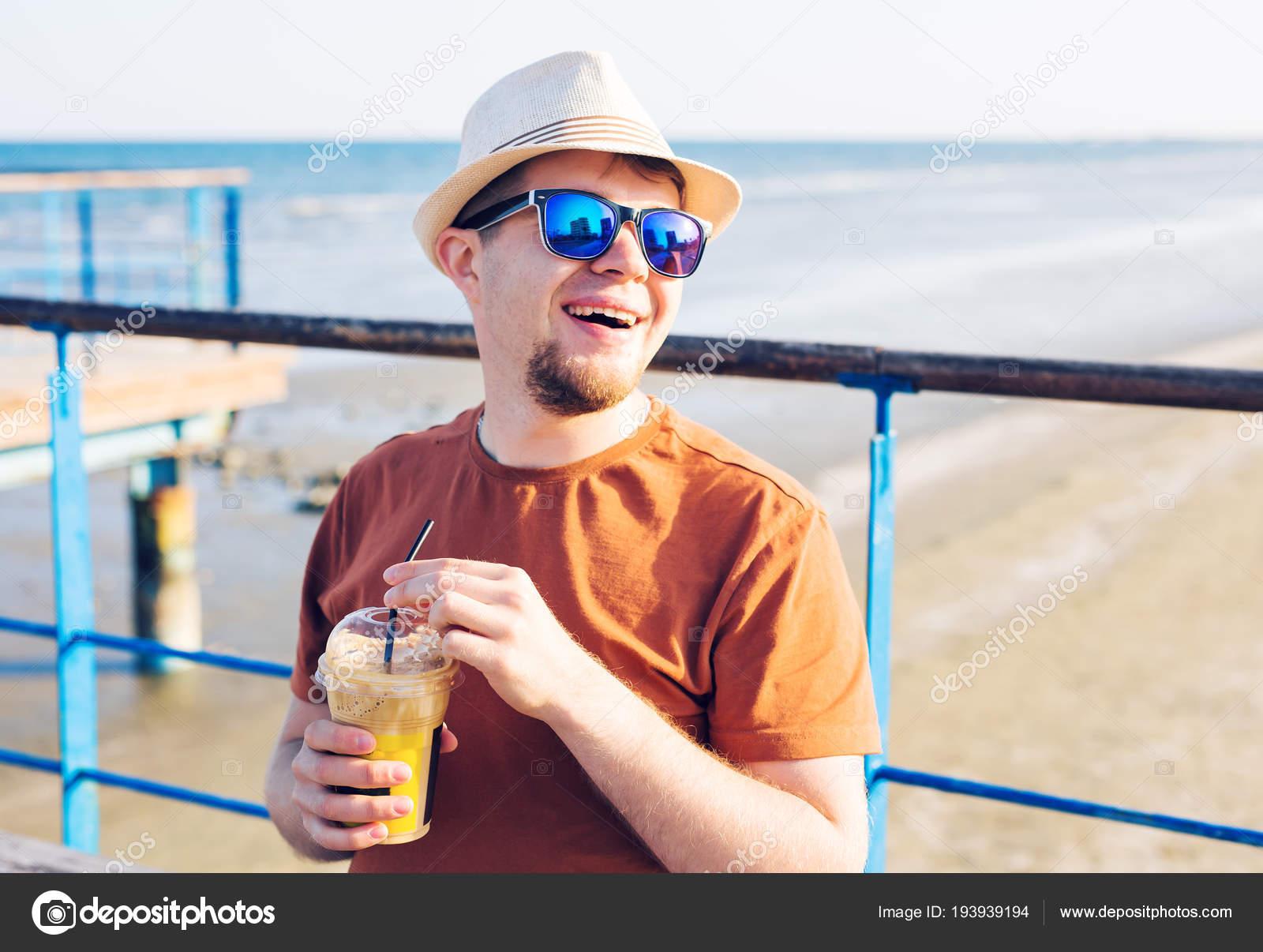 72ade83f9c63f Conceito de Lifestyle, bebidas e pessoas - homem em óculos de sol bebendo  frappe café