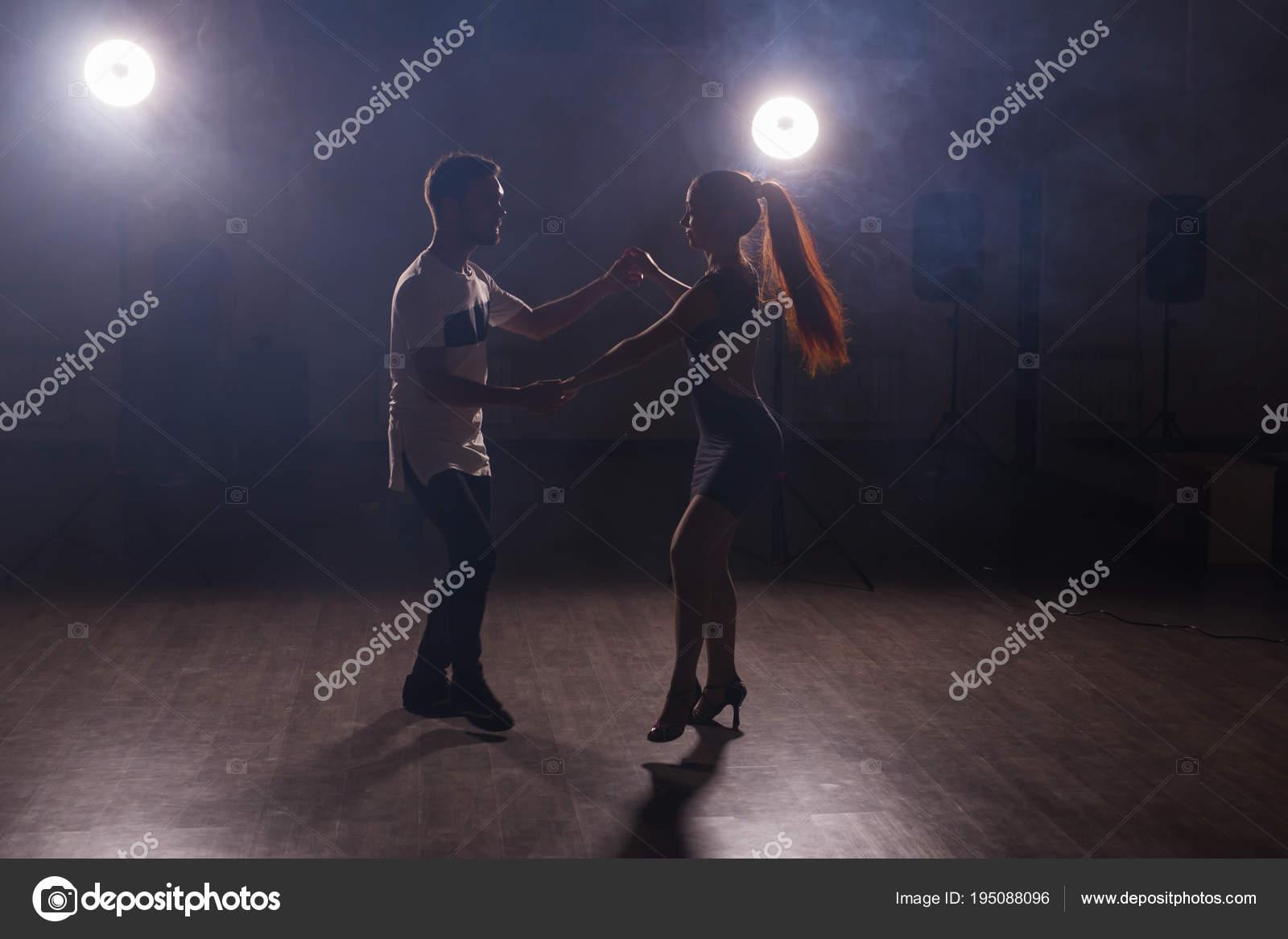 Молодая пара танцев латинской музыки. Бачата, меренге, сальса.