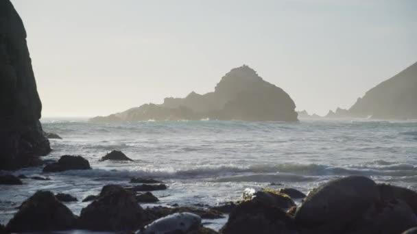 Pfeiffer beach drámai sziklák kilátással a hullámok ölébe