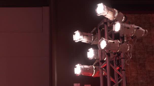 Nízký úhel pohled fázi světla na konferenci