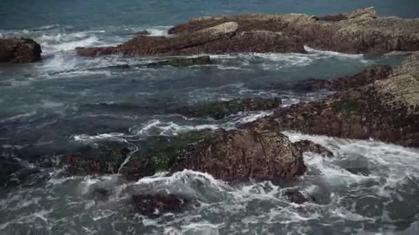 CLOE pohled vlny zřítilo na skalách u Spooners Cove