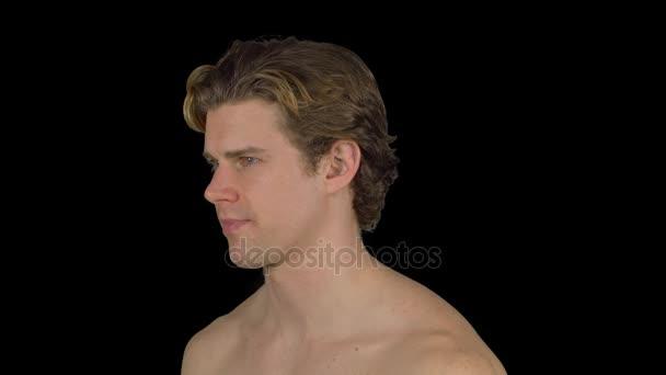 Uomo senza camicia si trasforma e fissa (sfondo trasparente)
