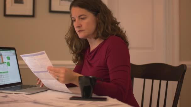 žena pracující na její finance
