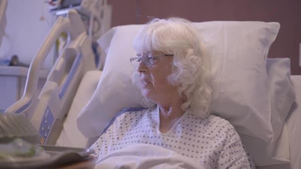 Starší žena pacient dostává její nemocniční jídlo