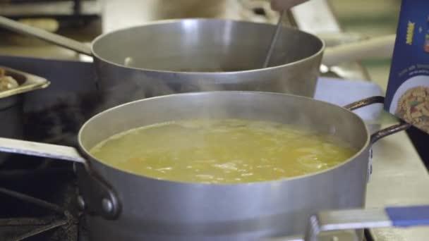 Velký hrnec polévky na komerční kamna