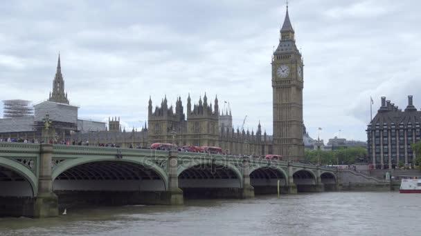 Busse auf der Brücke in der Nähe von Parlament gestoppt