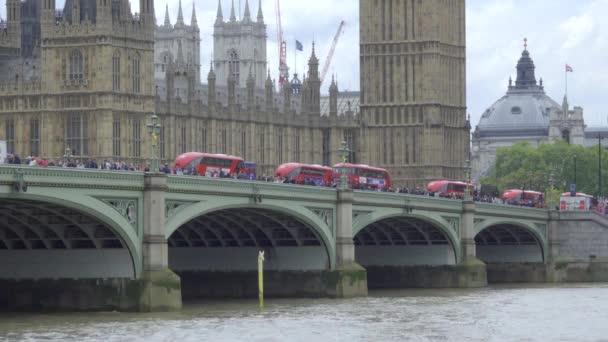 Busse überqueren den Fluss in der Nähe von Big Ben