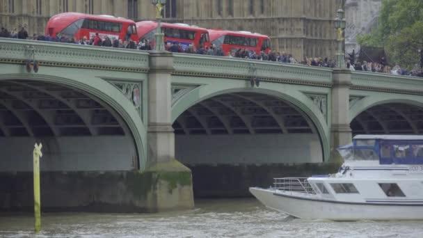Boot und Bus-Verkehr in der Nähe von Parlament