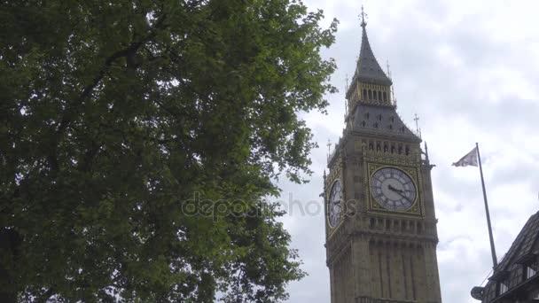 Big Ben in der Nähe eine britische Flagge