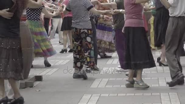 Starší starší pár tančící v čínské parku
