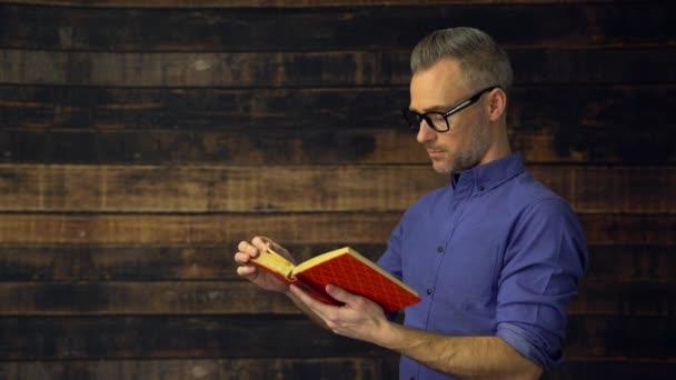 Boční pohled na člověka, který čte knihu