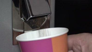 Gemahlener Kaffee wird in eine Schüssel gegossen. — Stockvideo ...