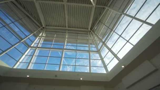 Moderní architektura s sklo okna a střecha