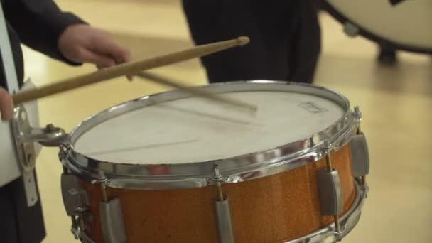 Dobos játszik egy koncerten pergődob.