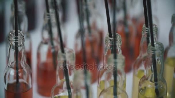 Gruppe von bunten kleinen Flaschen. Alkoholische Cocktails, Liköre auf dem weißen Tisch mit cocktail-sticks