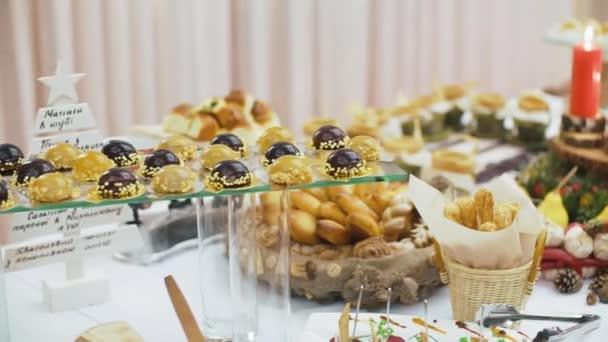 Krásně zdobené stravování banket stůl s různých potravin občerstvení a aperitivy na svatební oslavu nebo firemní vánoční narozeniny strana události.