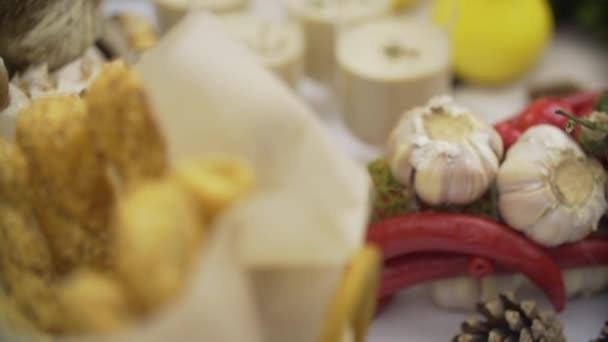 Zeleninový koktejl v skleněných zásobníků na bufetového stolu