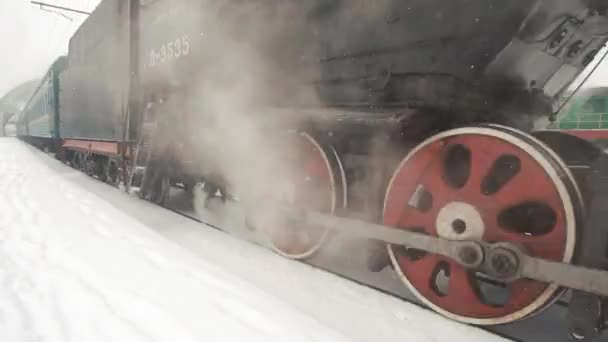 Alten Retro-Zug kommt vom Bahnhof entfernt. Nahaufnahme Detail der Räder