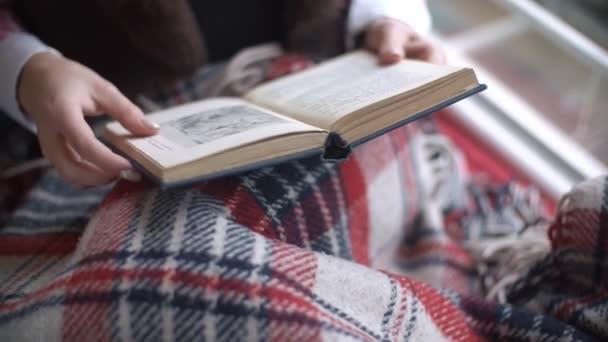 Krásné dívky ruce stránku flip knihy