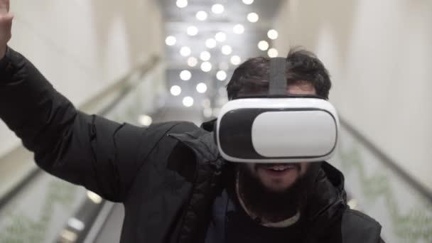 Lvov, Ukrajina - leden 2017: Mladý muž používající virtuální realita brýle v nákupním centru