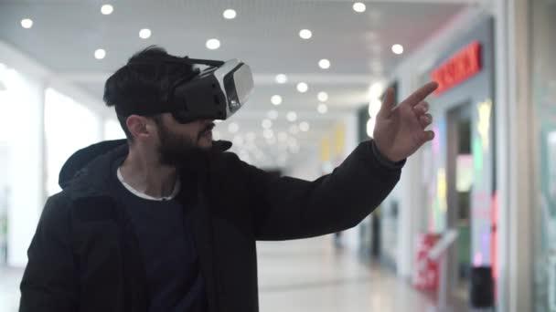 lviv, Ukraine - Januar 2017: Junger Mann mit Virtual-Reality-Brille im Einkaufszentrum