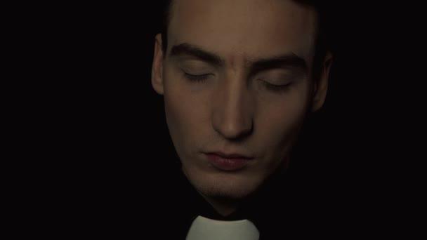 Duševní porucha, kněz černém pozadí. Je držitelem rituální, detail