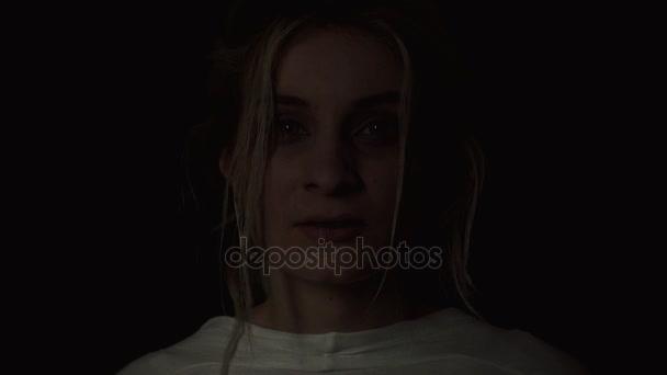 portréja egy elmebeteg fiatal nő, mint a fekete háttér