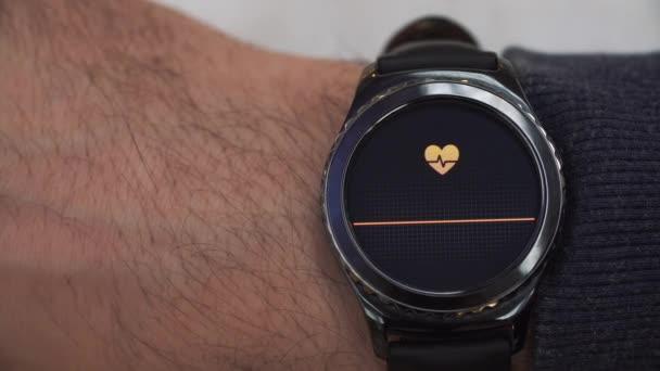 SmartWatch показаны частоты сердечных сокращений для пользователя ...