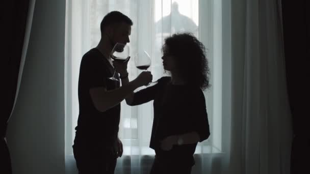 milující pár pít víno z vinné sklenice bratrství. Silueta