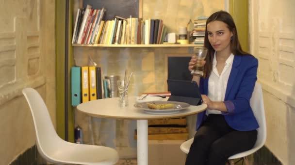Obchodní žena pracuje na tabletu v kavárně