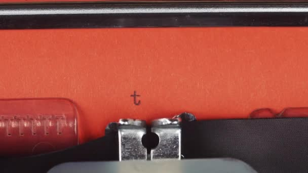 Konec. -Napsal na staré vintage psacím strojem. Vytištěno na papíře červené. Červený papír vložen do psací stroj