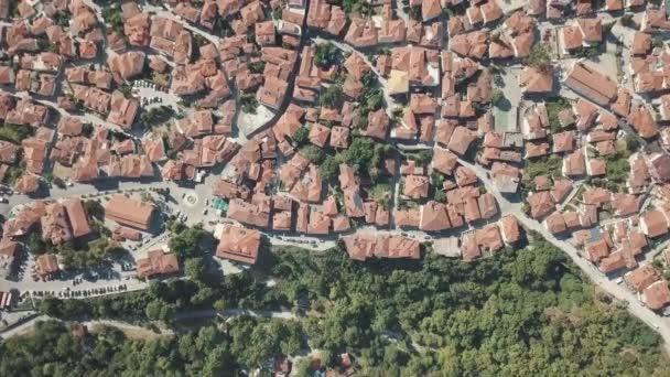 Letecké Střílečky. Podívejte se z výšky na domy s červenými střechami v Řecku