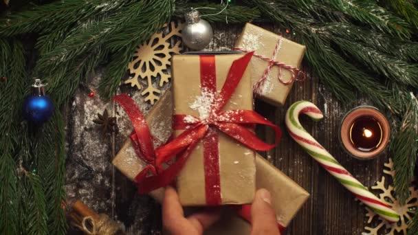 Se shora na tabletu s vánoční cukroví, větve jedle