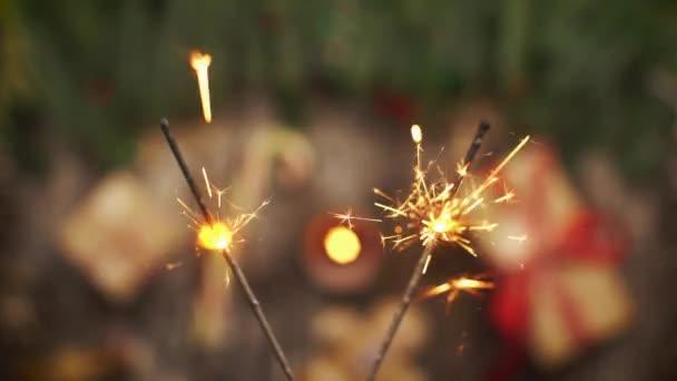 Podívejte se z výšky na bengálské ohně zářící nad vánoční cukroví