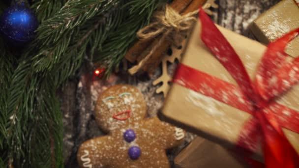 Se shora na tabletu s vánoční cukroví, větve jedle,