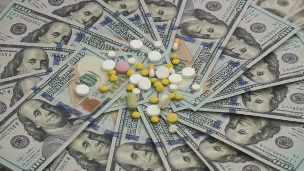Hromadu smíšených prášky otočení na peníze - pojem nákladů na zdravotní péči