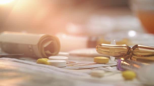 Löffel mit Kokain, Medikamententabletten auf Dollarscheinen