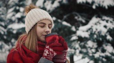 Een Warme Winter : Mooi meisje op de achtergrond van met sneeuw bedekte sparren in